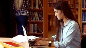 Estudante que trabalha em um portátil filme