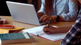 Estudante que trabalha em um portátil video estoque
