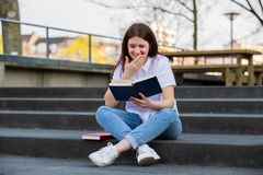 Estudante Reading Book fotos de stock royalty free
