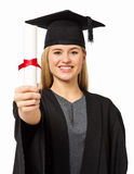 Estudante seguro In Graduation Gown que mostra o certificado Fotos de Stock Royalty Free