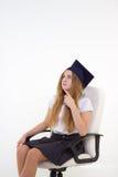 A estudante senta-se na cadeira, pensando sobre o futuro Imagens de Stock