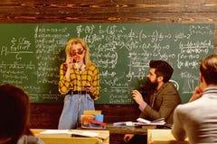 Estudante Studying Hard Exam Confer?ncia do estudante no espa?o coworking interior do s?t?o usando dispositivos e o wifi digitais imagem de stock