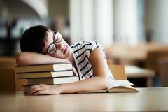 Estudante Studying Hard Exam e sono imagem de stock