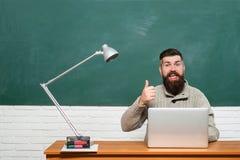 Estudante Studying Hard Exam Tutor farpado perto do quadro Professor farpado na classe da educa??o perto do quadro fotos de stock