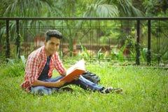 Estudante Studying no terreno da faculdade Fotografia de Stock Royalty Free