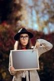 Estudante surpreendido Holding um anúncio da venda do sinal do quadro-negro foto de stock royalty free
