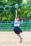 A estudante tailandesa bonito está jogando o voleibol de praia na escola Fotos de Stock Royalty Free