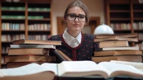 Estudante Tired na biblioteca video estoque