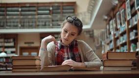 Estudante Tired na biblioteca vídeos de arquivo