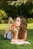 Estudante triguenho novo lindo ao ar livre. fotografia de stock royalty free