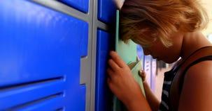 Estudante triste que inclina-se nos cacifos 4k vídeos de arquivo