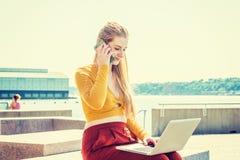 Estudante universitário adolescente americana nova que estuda em New York fotografia de stock