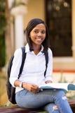 Estudante universitário africana fora imagem de stock royalty free