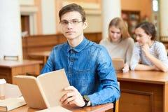 Estudante universitário ambiciosa que passa o tempo na biblioteca fotos de stock