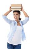 Estudante universitário bonita que guardara o sorriso dos livros imagens de stock
