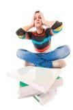 Estudante universitário cansado esgotada com a pilha dos livros que estuda para o exame Imagem de Stock Royalty Free