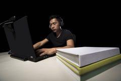 Estudante universitário com a insônia viciado aos jogos de vídeo fotos de stock