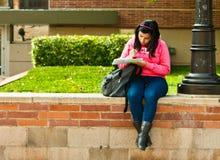 Estudante universitário de Latina que estuda no terreno Imagens de Stock