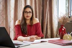 Estudante universitário fêmea que faz trabalhos de casa fotos de stock