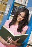 Estudante universitário na biblioteca Fotos de Stock Royalty Free