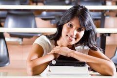 Estudante universitário na sala de leitura Foto de Stock Royalty Free