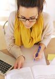 Estudante universitário ocupado com pesquisa Imagem de Stock