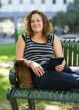 Estudante universitário pensativa Relaxing On Bench fotos de stock royalty free