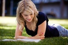 Estudante universitário que estuda ao ar livre Foto de Stock Royalty Free