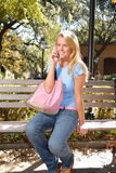 Estudante universitário que fala no telefone Fotografia de Stock Royalty Free