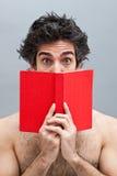Estudante universitário que lê um livro interessante Fotos de Stock