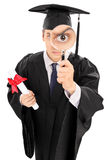 Estudante universitário que olha a calha uma lupa Imagem de Stock