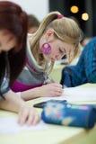 Estudante universitário que senta-se em uma sala de aula Imagens de Stock Royalty Free