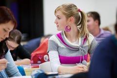 Estudante universitário que senta-se em uma sala de aula foto de stock