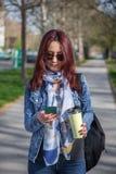 Estudante universitário que texting ao andar foto de stock