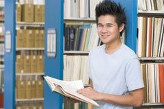 Estudante universitário que trabalha na biblioteca Fotografia de Stock