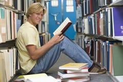 Estudante universitário que trabalha na biblioteca Fotografia de Stock Royalty Free