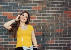 Estudante universitário que usa o telefone esperto Imagem de Stock Royalty Free