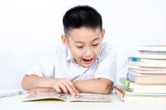 Estudante vestindo Uniform Readin de Little Boy do chinês asiático da surpresa Fotos de Stock