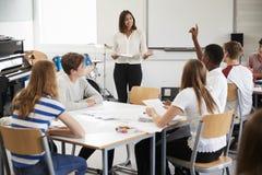 Estudantes adolescentes que estudam na classe de música com professor fêmea imagem de stock