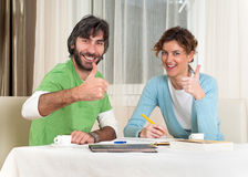 Estudantes adultos bem sucedidos que estudam na mesa Foto de Stock