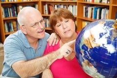 Estudantes adultos com globo fotos de stock