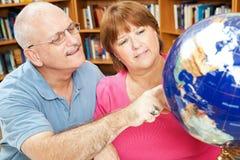 Estudantes adultos da geografia fotografia de stock royalty free