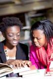 Estudantes africanos que discutem o projeto da atribuição Fotos de Stock Royalty Free