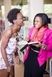 Estudantes afro-americanos novos que laughting a conversa Fotografia de Stock