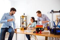 Estudantes agradáveis que usam a impressora 3d Fotografia de Stock Royalty Free