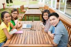Estudantes alegres na tabela imagem de stock royalty free