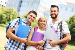 Estudantes alegres que penduram para fora no parque Fotografia de Stock Royalty Free