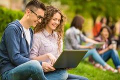 Estudantes ao ar livre Fotos de Stock