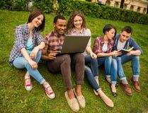Estudantes ao ar livre imagem de stock royalty free