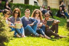 Estudantes ao ar livre imagens de stock royalty free